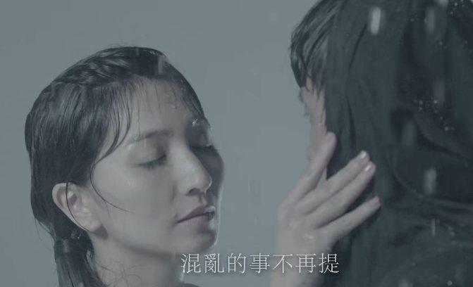 翔妻Grace(左)首次拍廣告,親撫阿翔的臉,幫他戴起帽子。圖/浩角翔起官方粉絲...