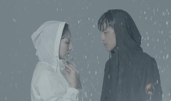 翔妻Grace(左)首次拍廣告,和阿翔在風雨中相依。圖/浩角翔起官方粉絲頁