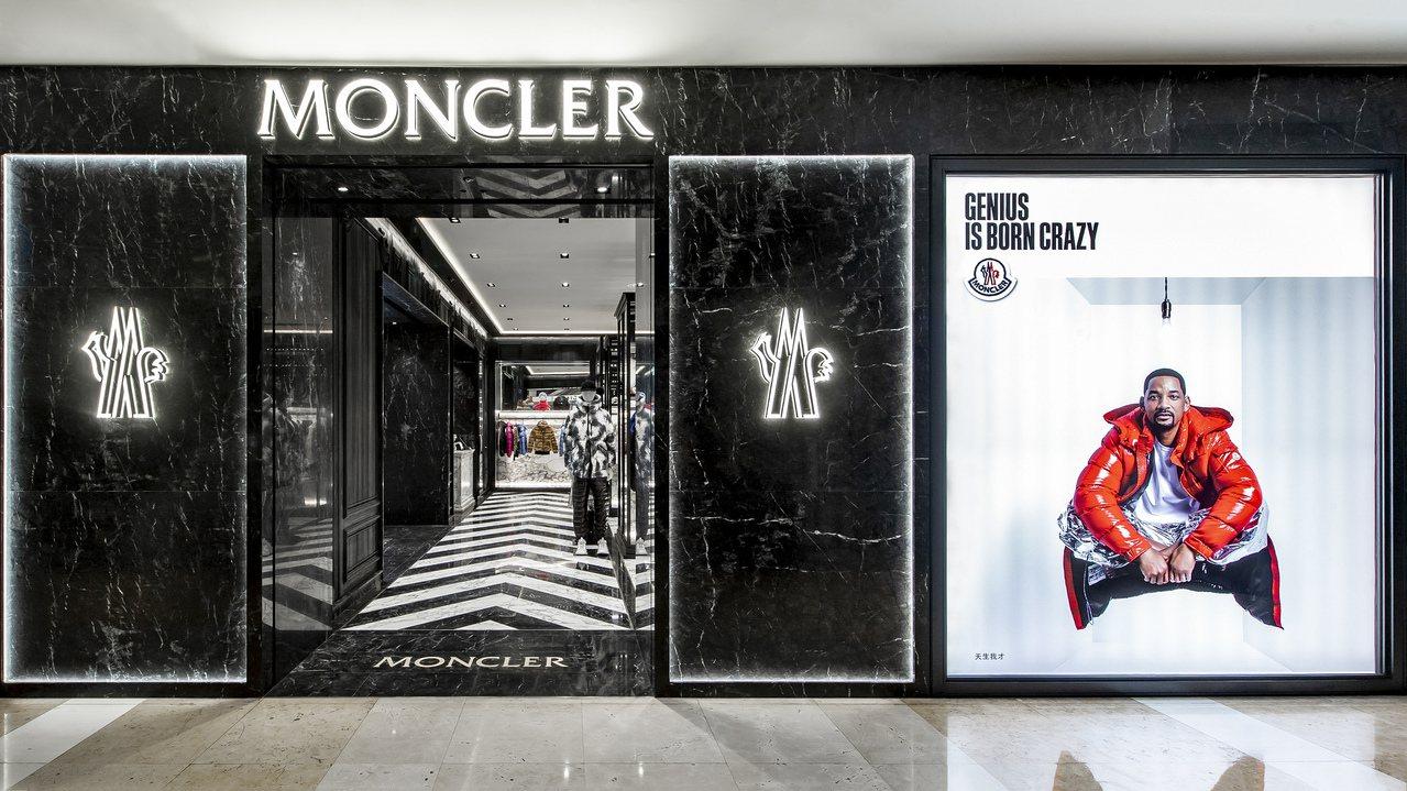MONCLER台中新光三越店側櫥窗為由威爾.史密斯形象主視覺。圖/MONCLER...