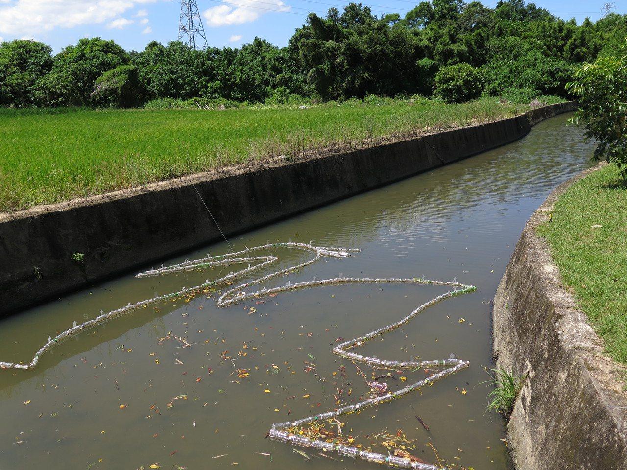 桃園地景藝術節「藝遊八塊厝」作品之一「一條河」將用完的寶特瓶在河面上串出白鷺鷥造...