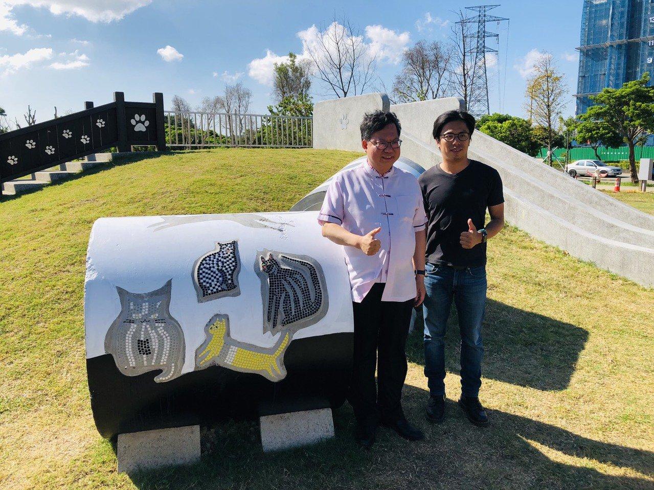 市長鄭文燦(左)下午欣賞2019桃園地景藝術節「藝遊八塊厝」多項作品,並和其中一...