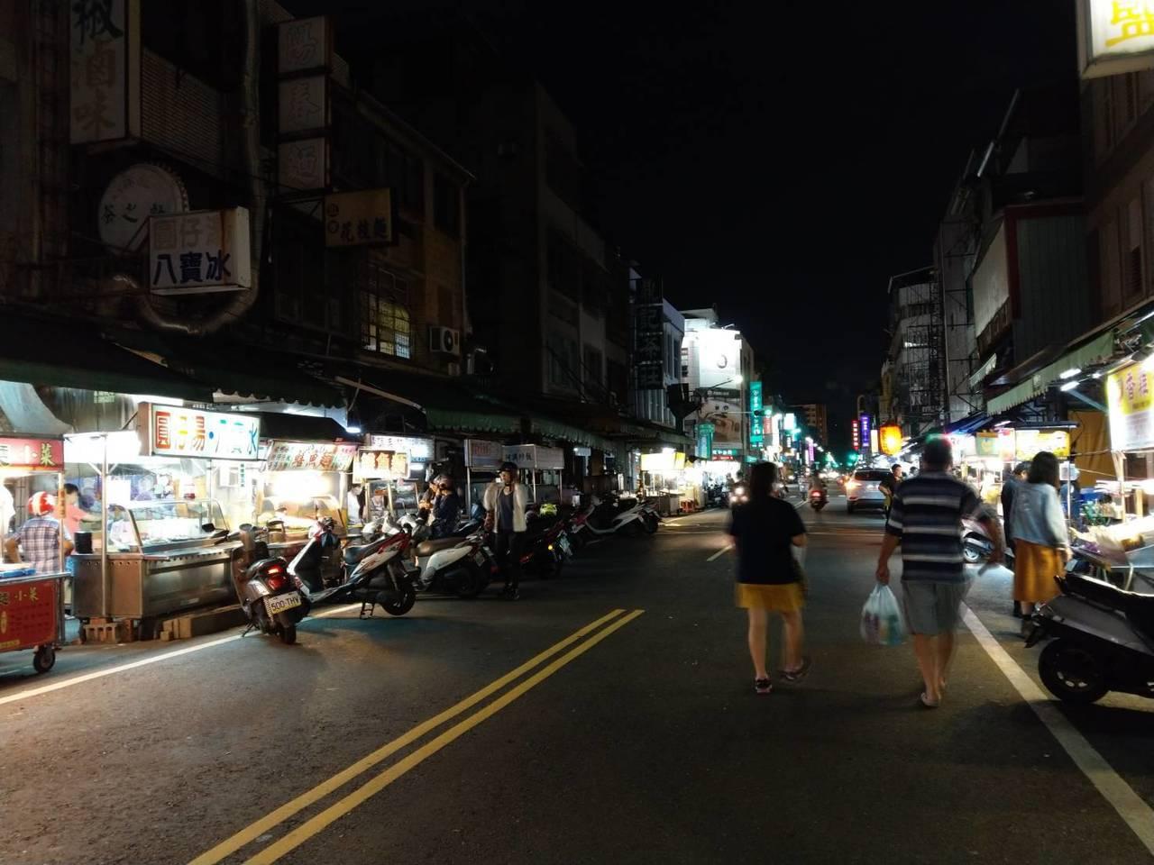 高雄市的忠孝夜市屬社區型的夜市,絕大多數消費者都是高雄在地人,很少有觀光客。記者...