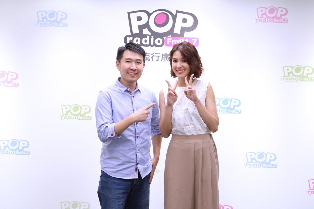 曾沛慈自誇MV「演技超好」,讓主持人俊菖(左)笑虧她不愧是入圍金鐘獎的女演員。圖