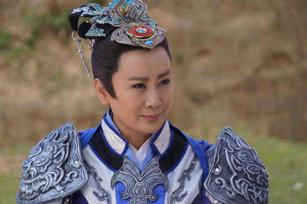 陳亞蘭在「忠孝節義」中的戰神頭冠由楊麗花親自設計。圖/麗生百合提供