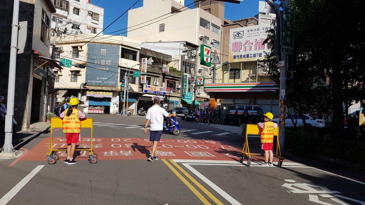 新竹市光華國中上下學時段封路管制淨空成學生徒步區,維護學生安全。記者黃瑞典/攝影