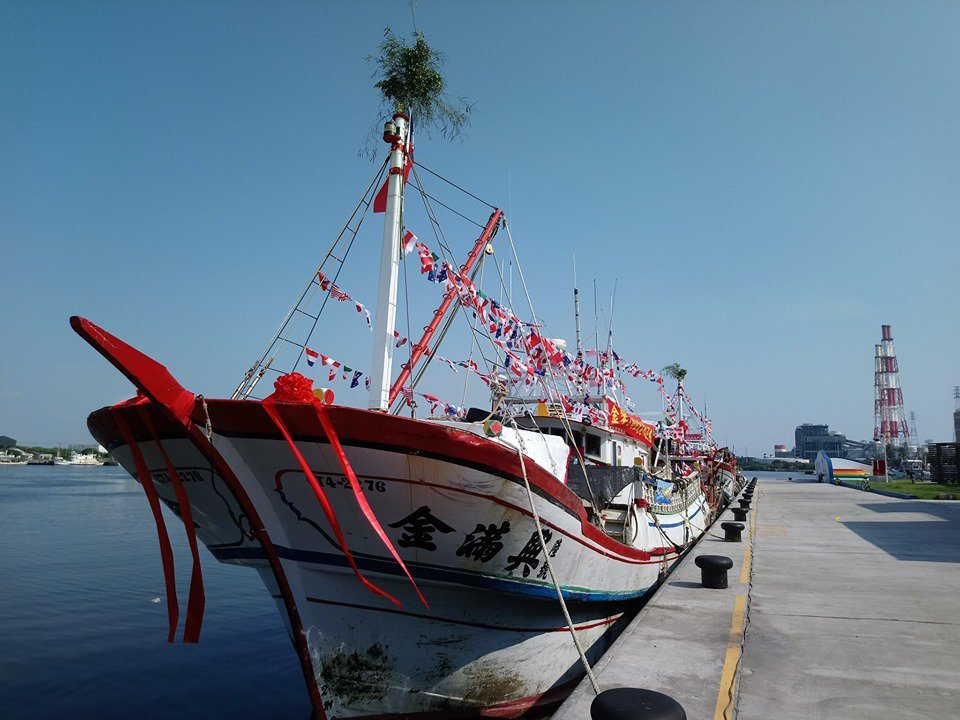 高雄茄定金鑾宮將前往興達港遶港祈福,參與祈福的漁船妝扮完成。圖/翻攝臉書「我是茄...