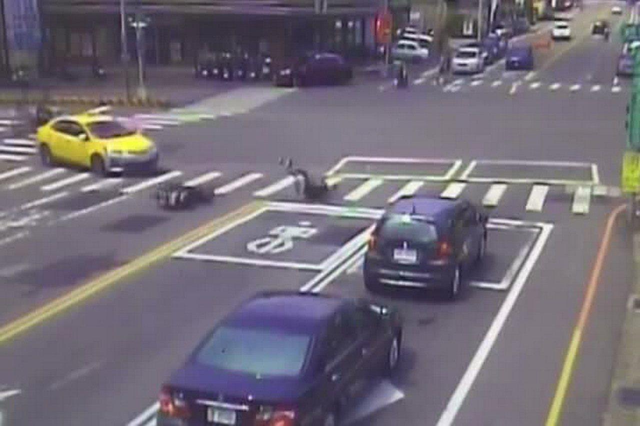苗栗市國華路、民族路口上午發生計程車、機車碰撞事故,騎士彈飛後在地面滾翻多圈。圖...