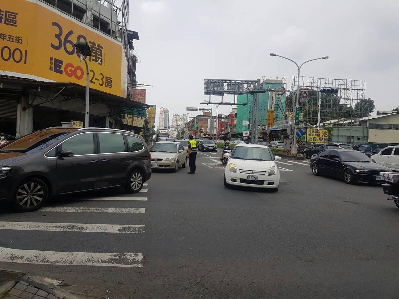 中秋連假首日,台南車流量大,但僅部分路段因車禍短暫塞車。記者周宗禎/攝影