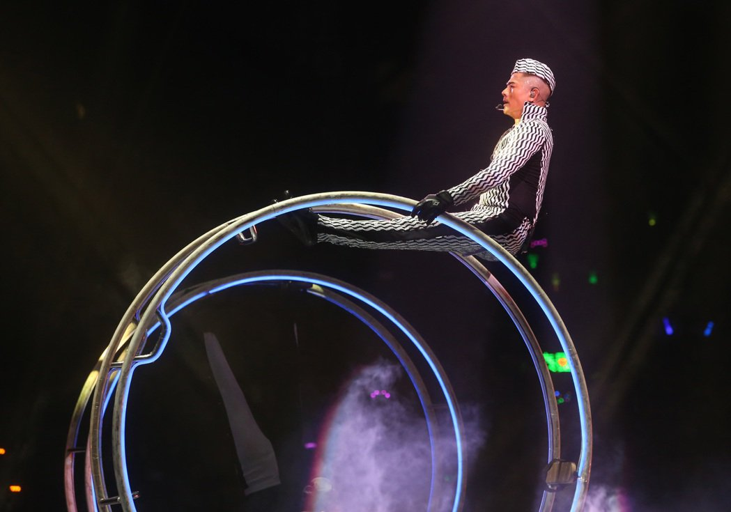 郭富城雙腳平舉坐上鐵環,展現過人的柔軟度。記者曾吉松/攝影
