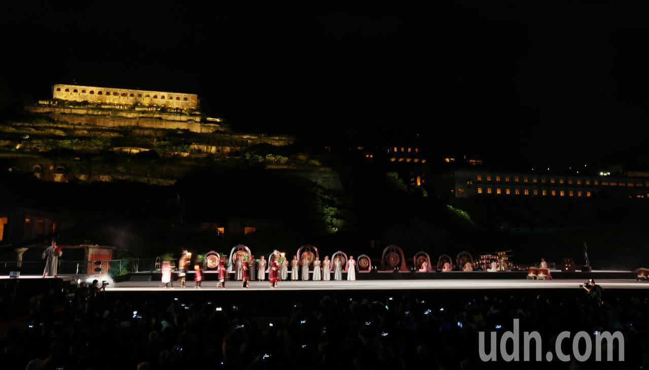 新北市瑞芳海濱的十三層遺址晚間「點亮」,由曾為美國自由女神像設計燈光的照明設計團...