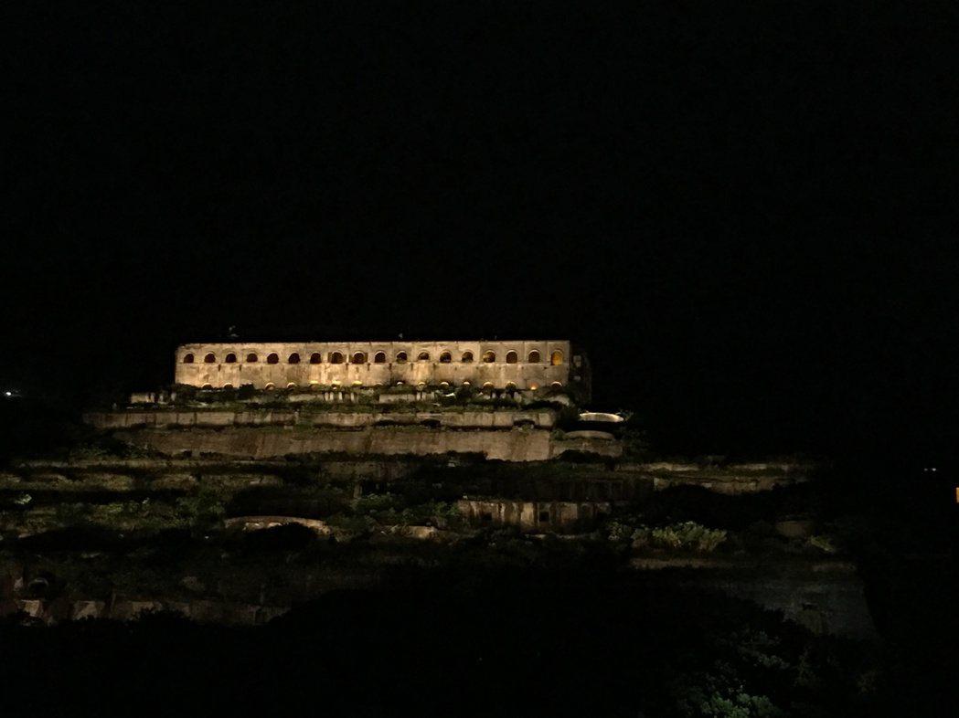 台電中秋夜點亮「十三層遺址」,琥珀色燈光照耀大地,十分迷人。(圖/台電提供)