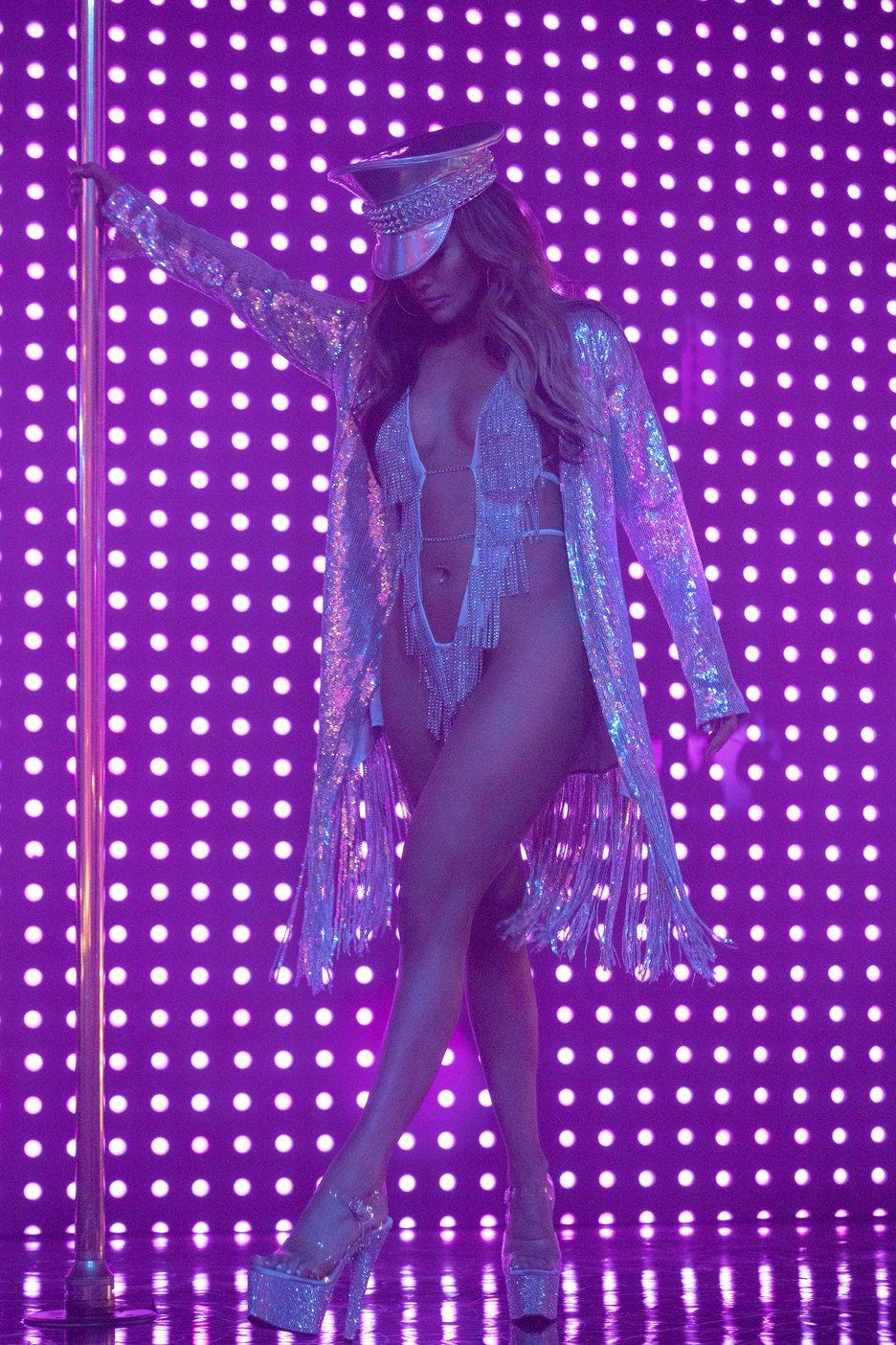 珍妮佛羅培茲在「舞孃騙很大」中展現魔鬼性感身材與傲人鋼管舞技。圖╱Catchpl