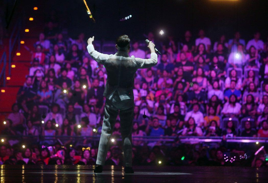 郭富城在小巨蛋舉辦四面台的演唱會,輪流與四面的觀眾互動。記者曾吉松/攝影