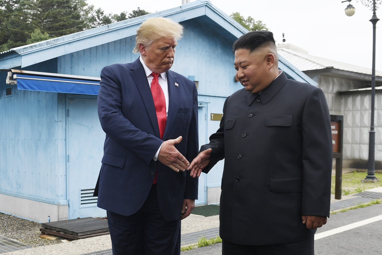 美國總統川普川普(左)與北韓領導人金正恩今年6月30日在兩韓交界板門店會面。美聯...