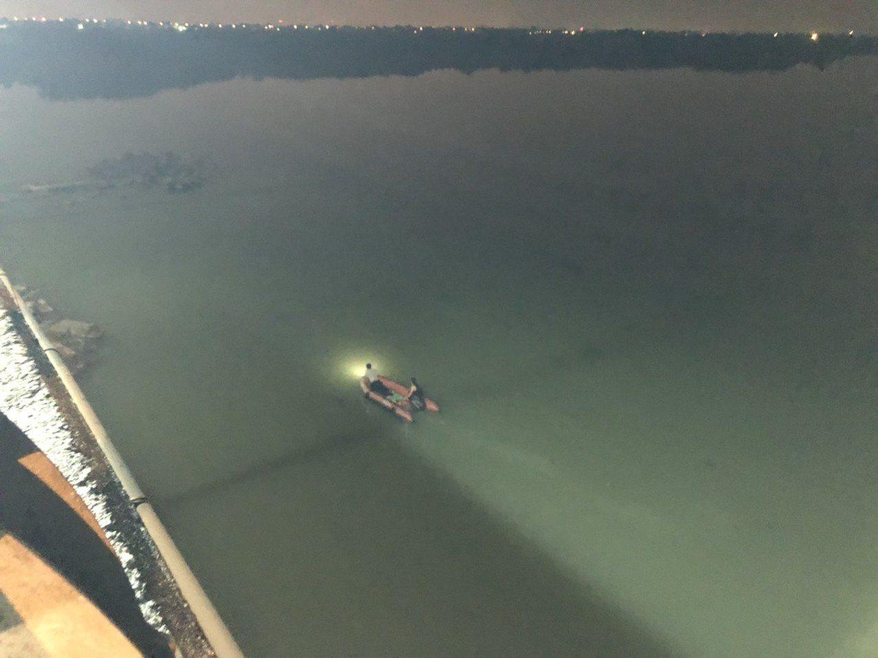 中秋夜一名男子獨自走上西港大橋、墜落曾文溪,消防員在橋下搜尋。圖/翻攝畫面