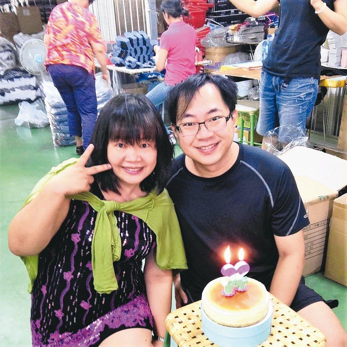 得展棉業第三代接班人陳郁軒(右)認為母親張惠英(左)是值得學習的對象。 圖/張惠...