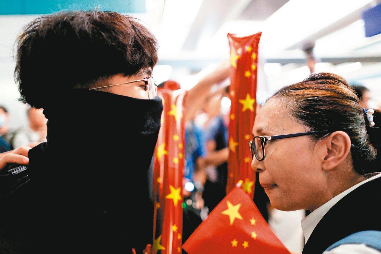 地鐵互嗆 親北京民眾和反送中示威者互嗆或唱歌互別苗頭,近日在香港商場或地鐵站一再...