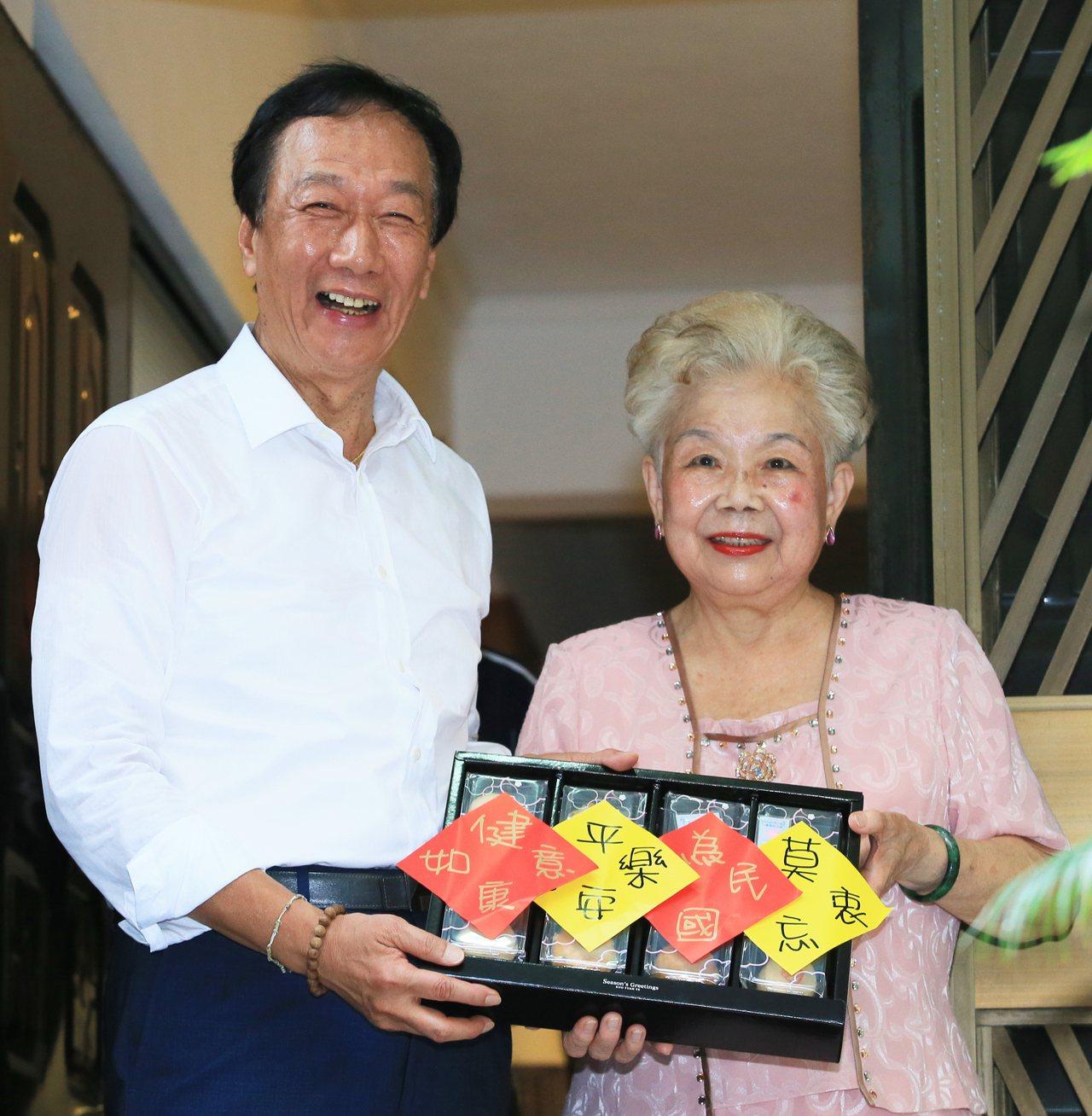 鴻海創辦人郭台銘(左)送上附有十六字紙條的月餅給柯文哲媽媽。 記者潘俊宏/攝影