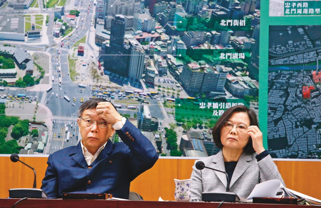 蔡英文總統(右)與台北市長柯文哲(左)去年「蔡柯會」,兩人面色都很凝重。 圖/聯...