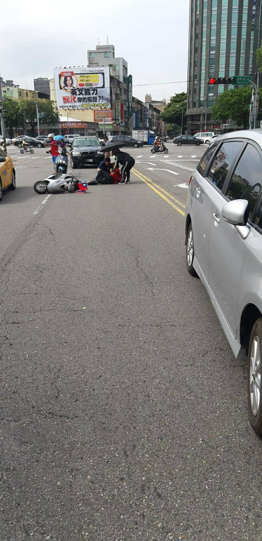 負責韓國瑜車隊壓尾的台中市警局保大轎車與一旁機車騎士發生碰撞,男騎士手腳擦傷,送...