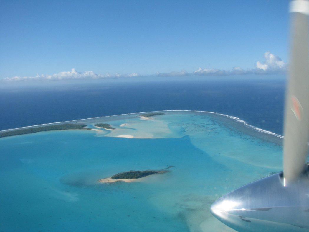 太平洋島國經濟發展緩慢,嚴重依賴外援。圖為一架飛機飛抵庫克群島一座潟湖上空。(美...