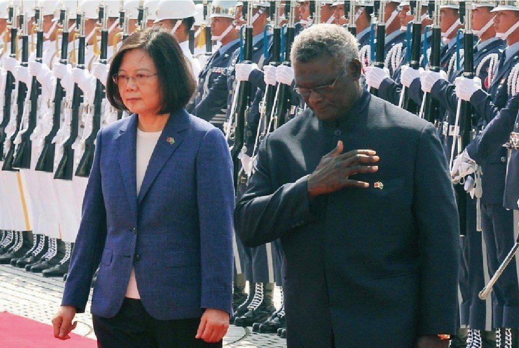 蔡英文總統(左)2017年9月在國家表演藝術中心兩廳院藝文廣場,以軍禮歡迎時任索...