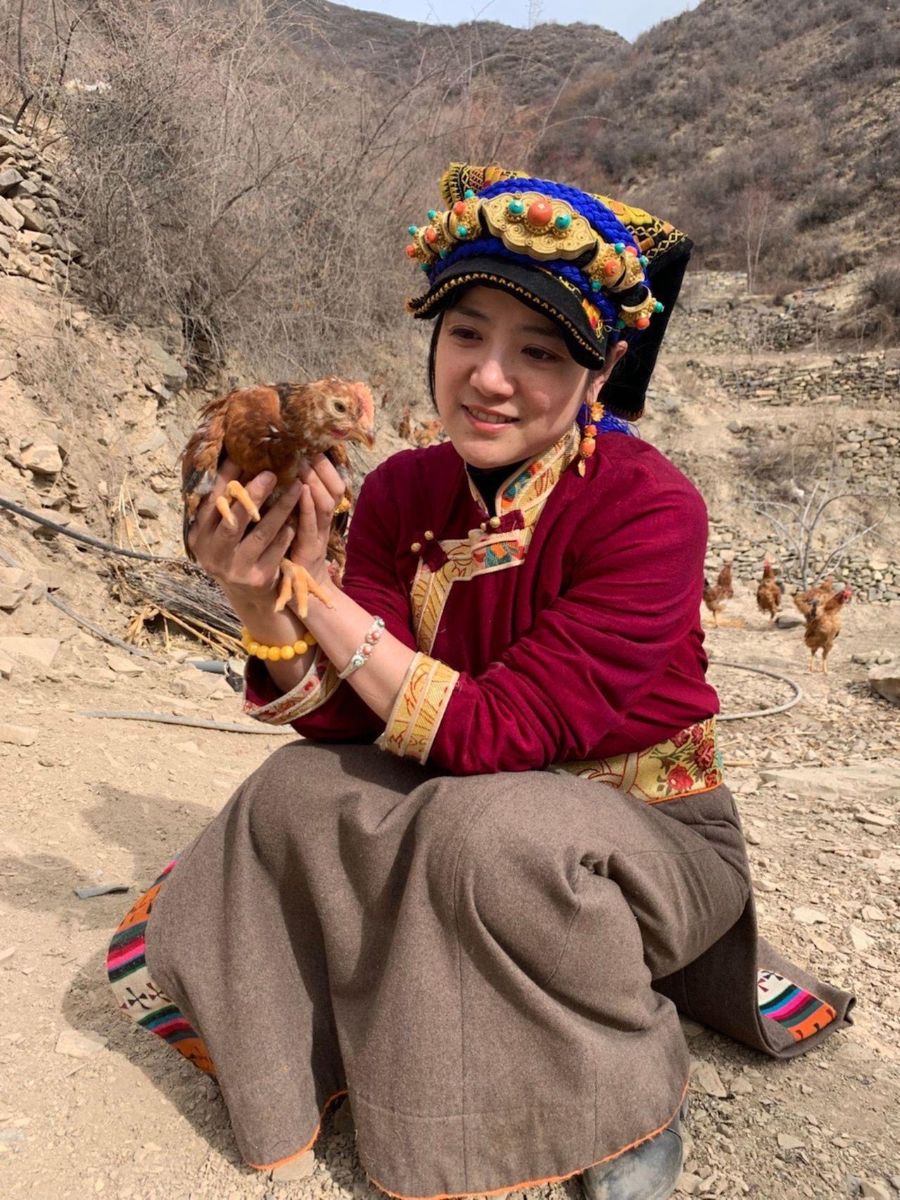 在抖音上被稱做「嘉絨姐姐阿娟」的何瑜娟幫助藏區銷售農產品。圖/世界日報提供