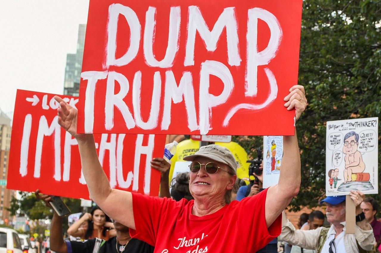 川普12日到巴爾的摩,當地反川人士在路邊舉牌示威。 路透社
