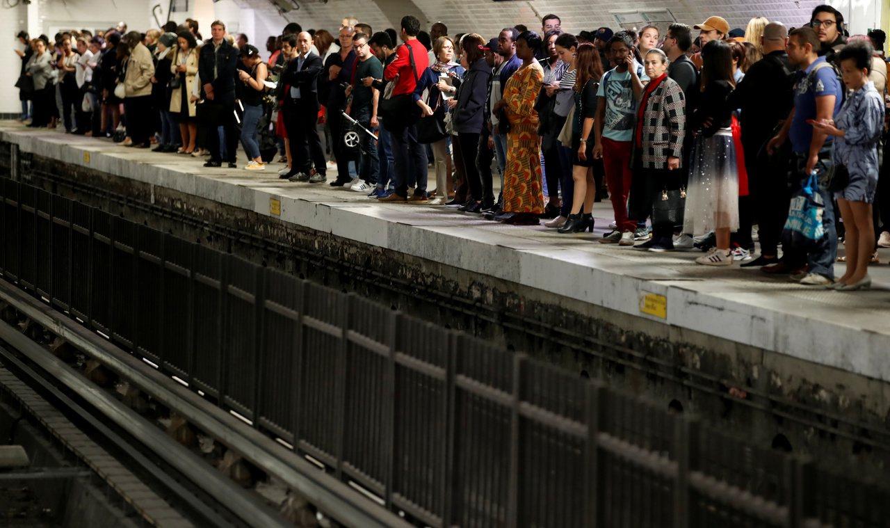 巴黎13日僅有六條地鐵路線維持服務。 路透社