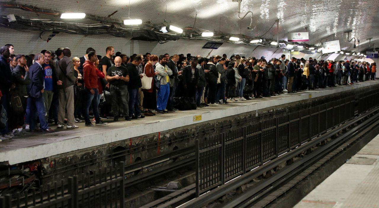 巴黎民眾13日罷工一天以示抗議。 路透社
