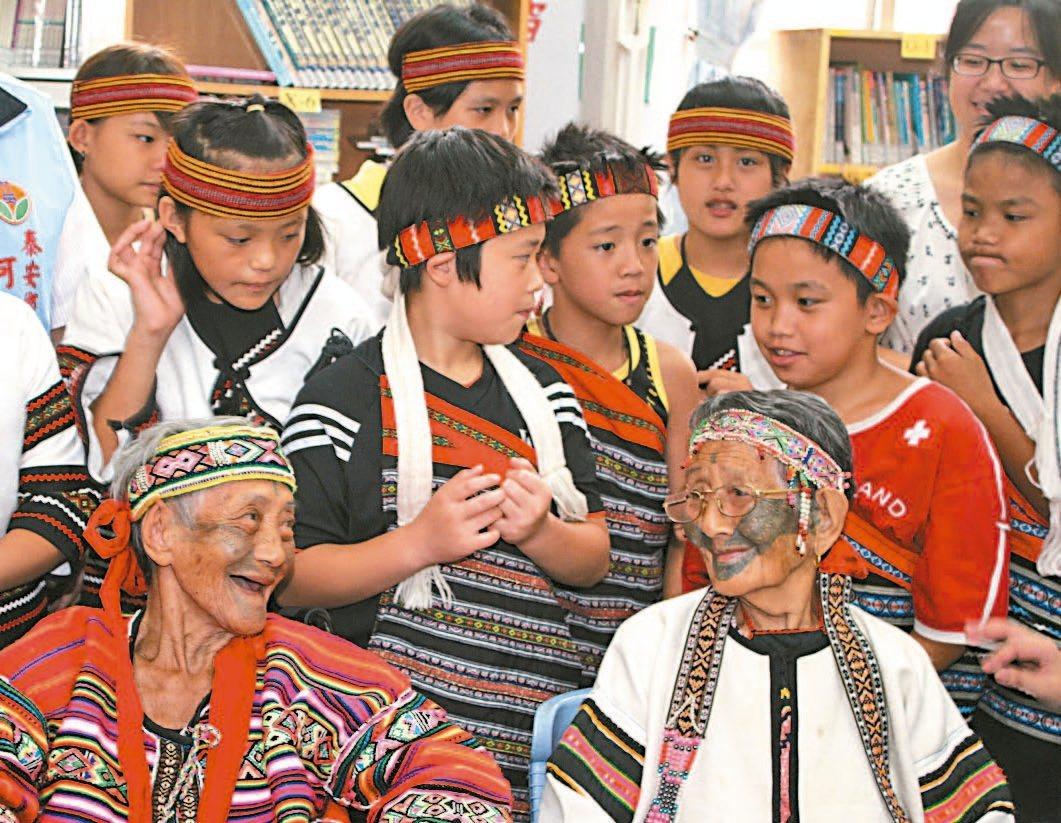 苗栗縣最後一位泰雅族文面國寶柯菊蘭(左)上午辭世,文面文化的時代隨之成了「消逝的...