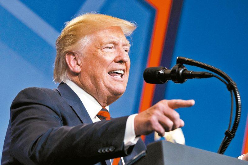 美國總統川普說,省電燈泡害他皮膚看起來變橙色。 美聯社