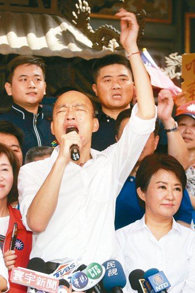 國民黨總統參選人韓國瑜來到台中北屯紫微宮參香,高喊「下架民進黨」。 記者黃仲裕/攝影