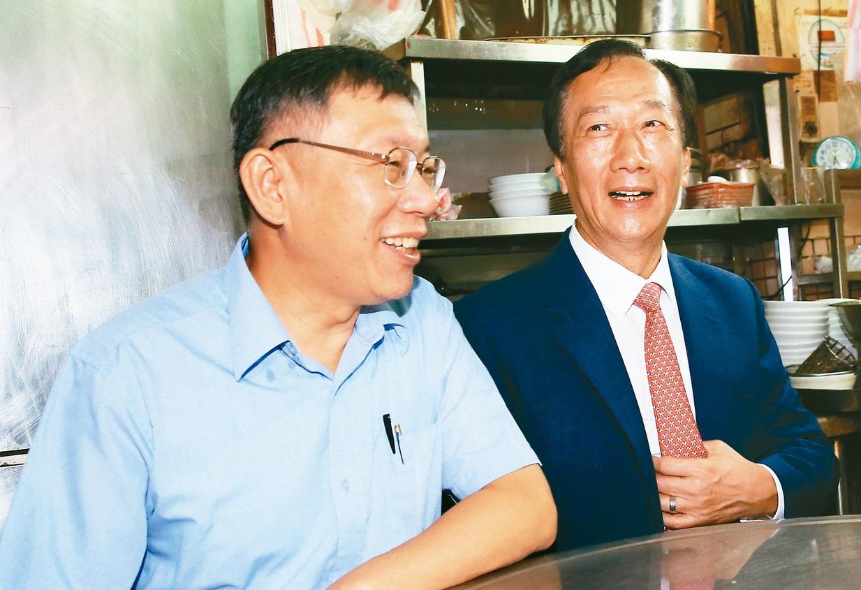 柯文哲(左)組台灣民眾黨進軍國會,郭台銘(右)打算派子弟兵參選立委,郭柯仍是挖藍...