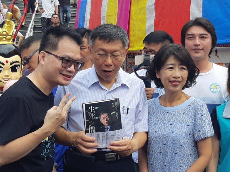 柯文哲南下高雄參拜三鳳宮,大批柯粉湧上,要求合影、簽名。 記者賴郁薇/攝影