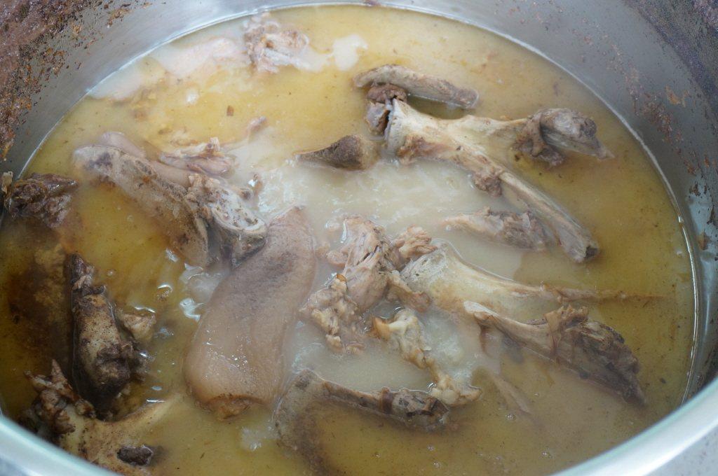 婦人燉煮雞湯,把雞骨吃下結果害頸椎感染潰爛。報系資料照
