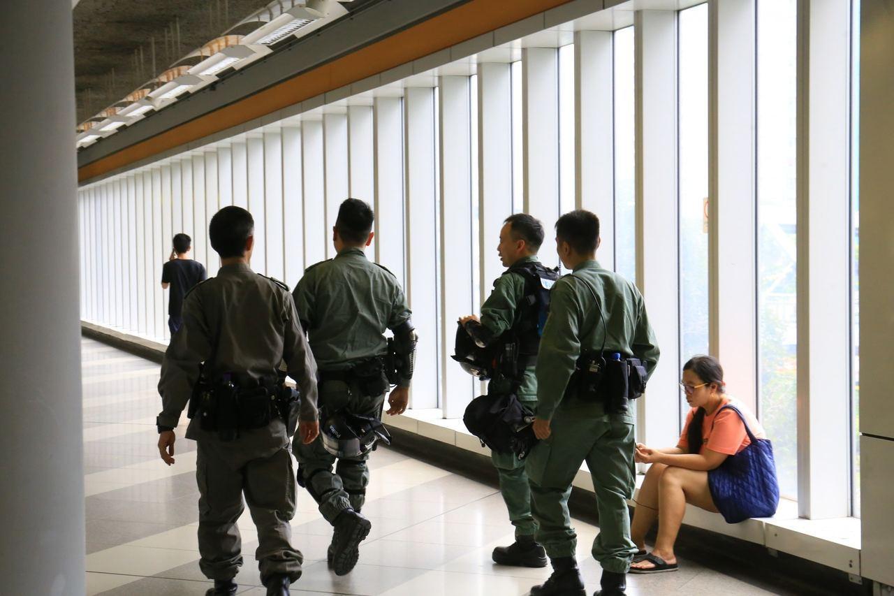 中午12時30分,約十名防暴警察在天水圍站C出口外集合。 香港01記者陳康智...