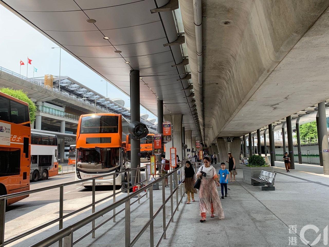 機場巴士站雖有旅客及市民坐下等待接機及等巴士,但機管局未有如9月7日般派出職員驅...