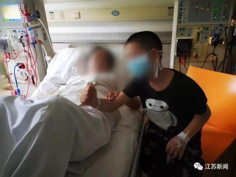 陳媽媽的大兒子在她做腹膜透析時在一旁按摩。圖取自江蘇新聞