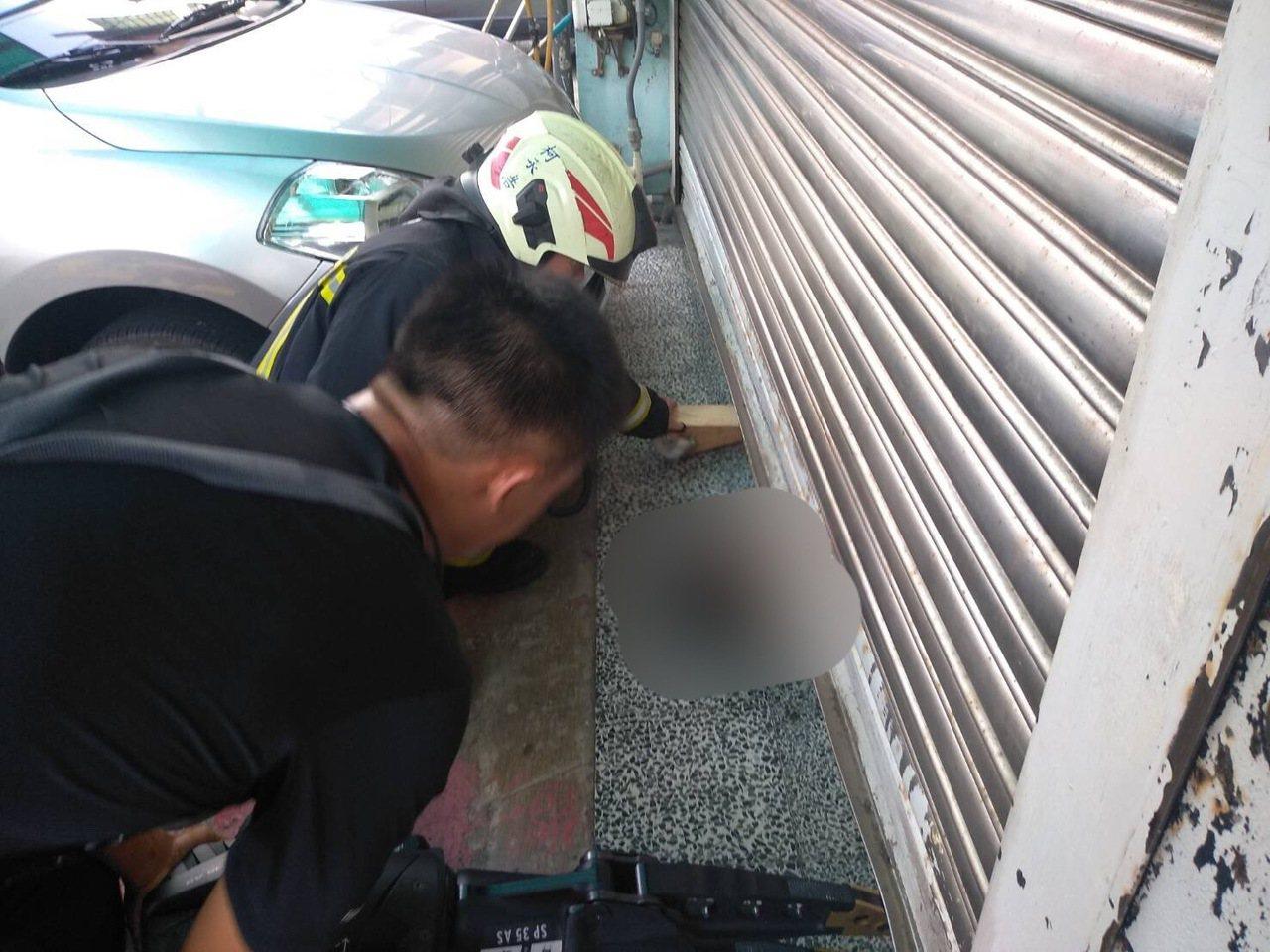 婦人受困鐵捲門下,消防救出時已失去呼吸心跳。圖/消防提供