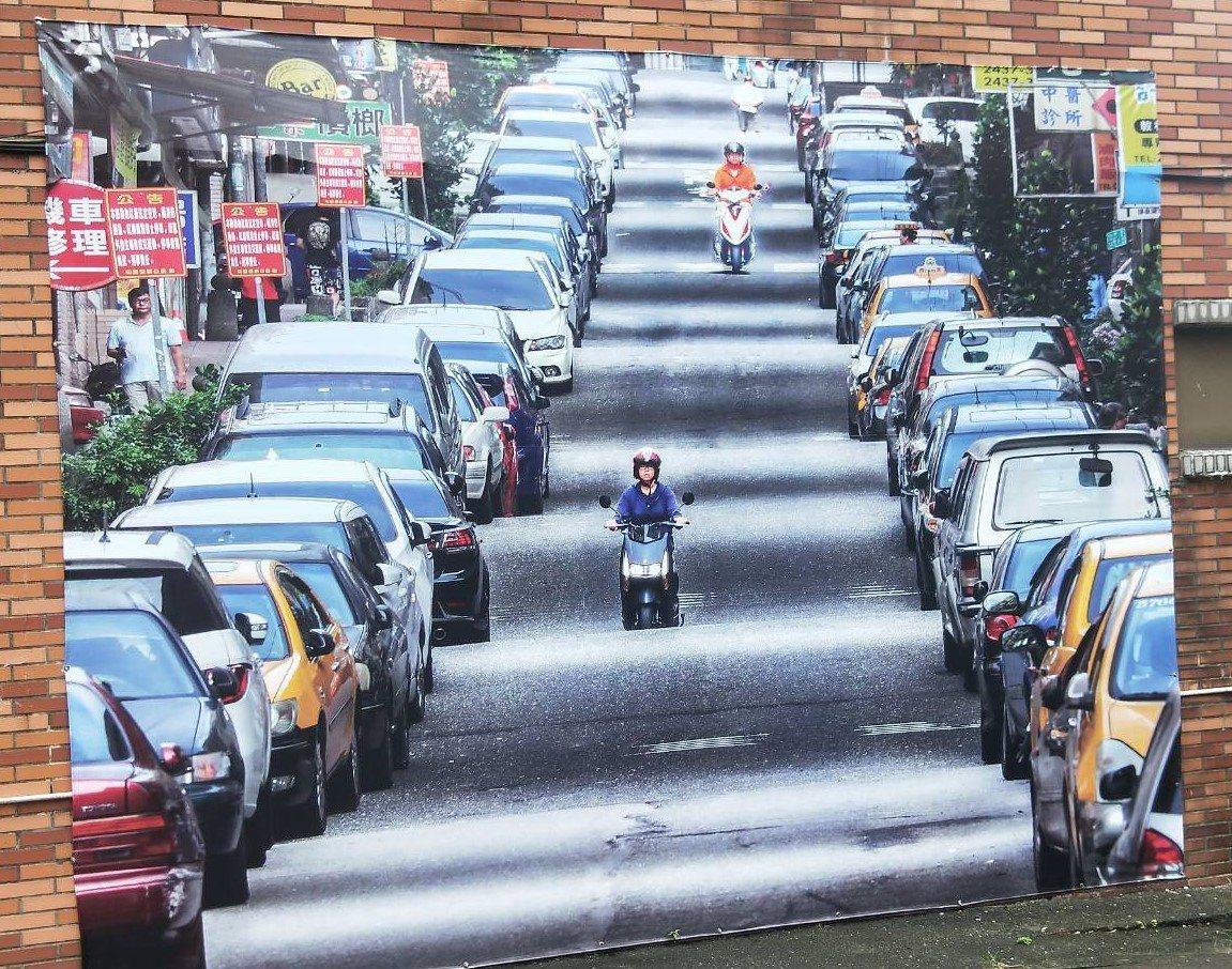 和慶里長李詹淇自掏腰包在社區牆面掛了一幅大大的波浪街照片引導民眾拍攝順便消費。記...