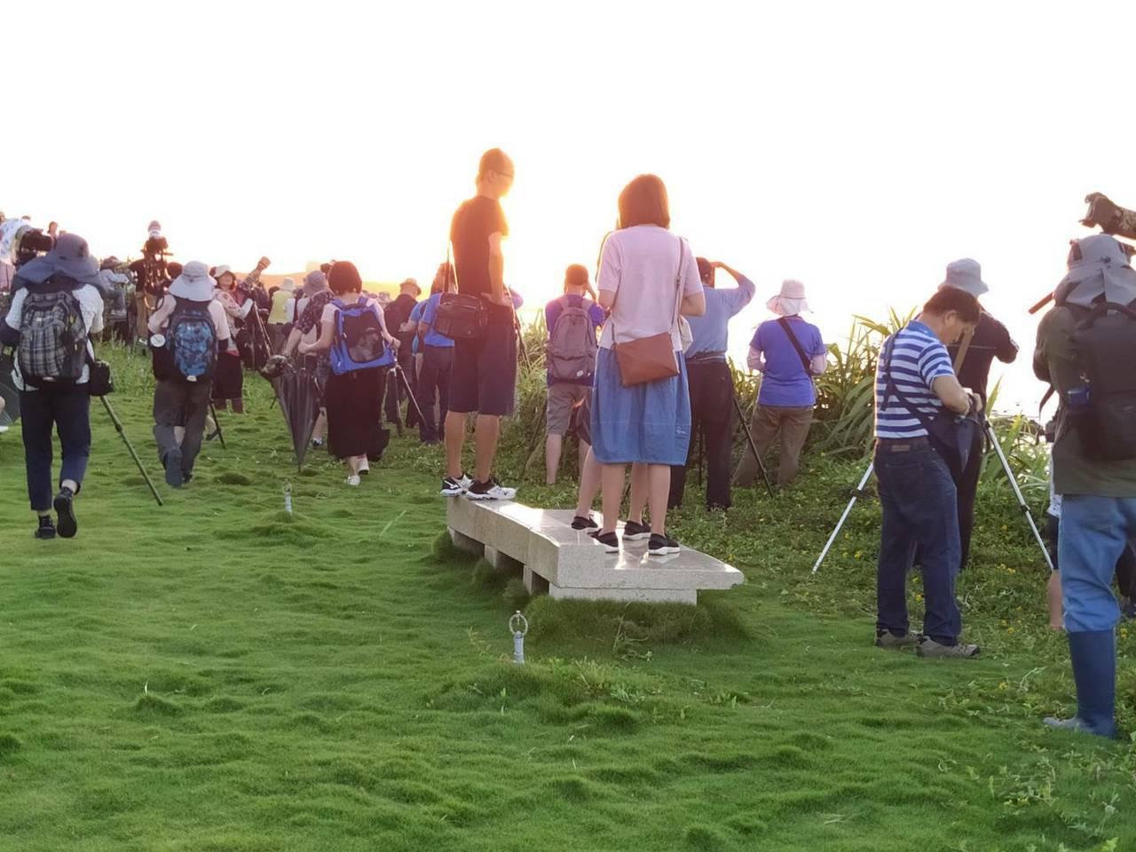 石門區公所也表示,除了燈塔懸日,附近還有不少觀光景點可連結,這次讓大家看到富貴角...