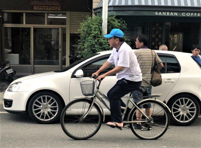 遊客昨天在屏東縣車城鄉品嚐當地有名的小吃綠豆蒜時,發現一名頭戴運動帽、腳穿拖鞋騎單車的大叔好面熟,仔細一瞧,竟是天下雜誌滿意度評比第一名的屏東縣長潘孟安。圖/取自屏東小鎮資訊