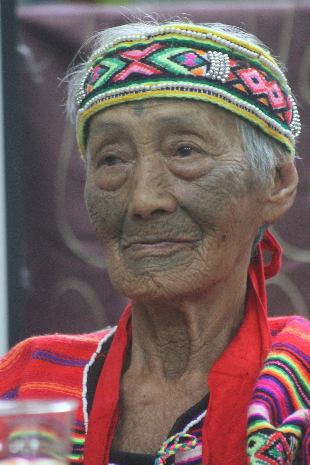 苗栗縣最後一位泰雅族文面國寶柯菊蘭今天上午辭世,文面文化的時代也隨之成了「消逝的...