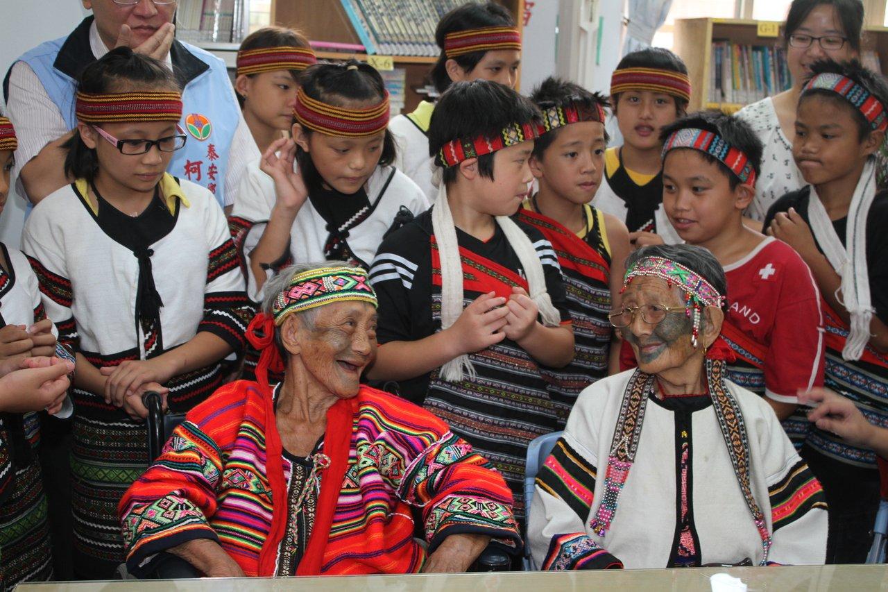 苗栗縣最後一位泰雅族文面國寶柯菊蘭(左)今天上午辭世,文面文化的時代隨之成了「消...