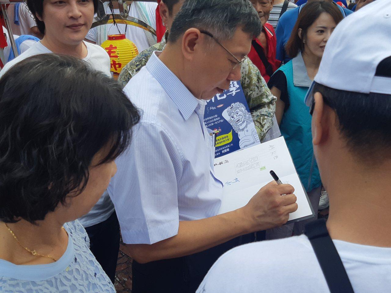 柯文哲南下高雄參拜三鳳宮,大批柯粉湧上,要求合影、簽名。記者賴郁薇/攝影