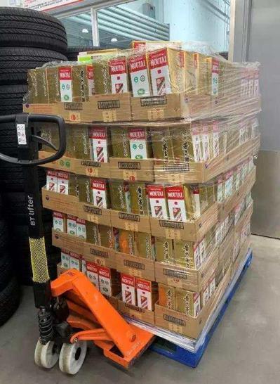 上海 Costco中秋有1萬多瓶的飛天茅台恢復上架,再現排隊搶購人潮。由於採取需先付款並拿到一張購酒卡,然後才能排隊領酒的機制,擁擠的情況大為減少。取自揚子晚報