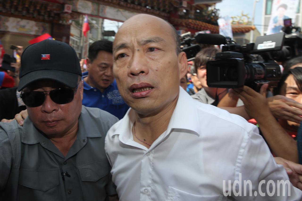 國民黨總統參選人韓國瑜今天展開一連串的行程,早上來到北屯紫微宮,在隨行人員的護送...