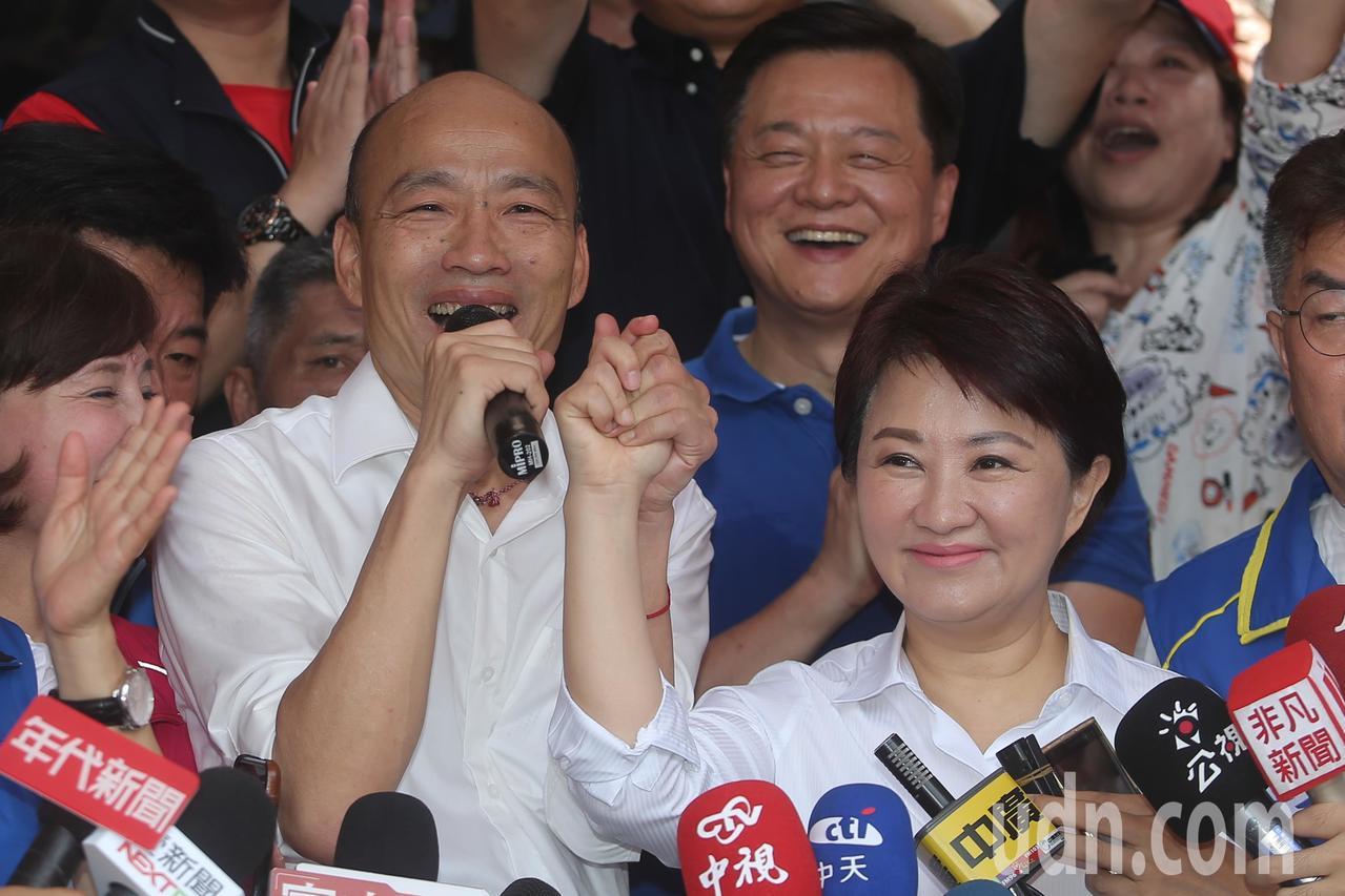 國民黨總統參選人韓國瑜(左)在台中市長盧秀燕(右)的陪同下早上來到北屯紫微宮,兩...