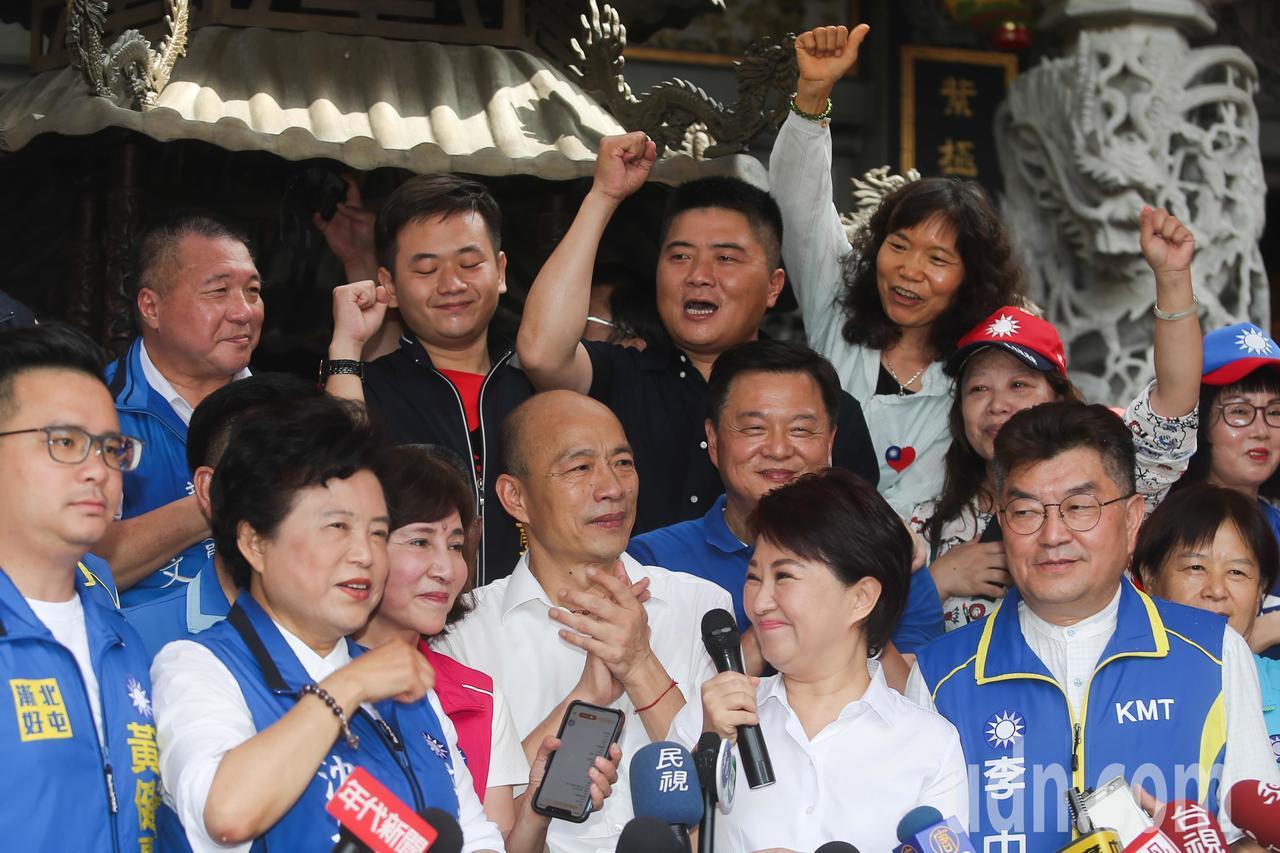 韓國瑜(前左四)今天展開一連串的行程,早上在台中市長盧秀燕(前右二)與立委沈智慧...